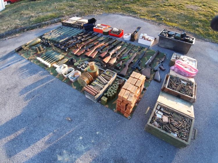 Siščanin dragovoljno predao policiji gomilu oružja uključujući 9 zolja, tri mitraljeza, itd.